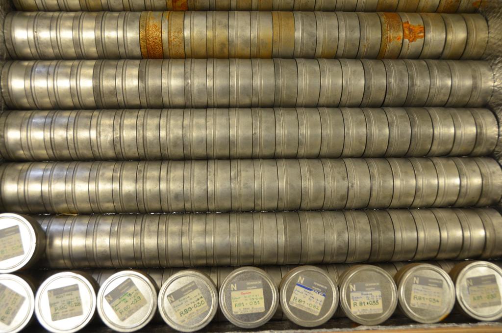 Observations analogiques (films 35-mm) décamétriques du réseau décamétrique de Nançay avant leur numérisation. Crédits : SIGAL, LESIA, Observatoire de Paris.