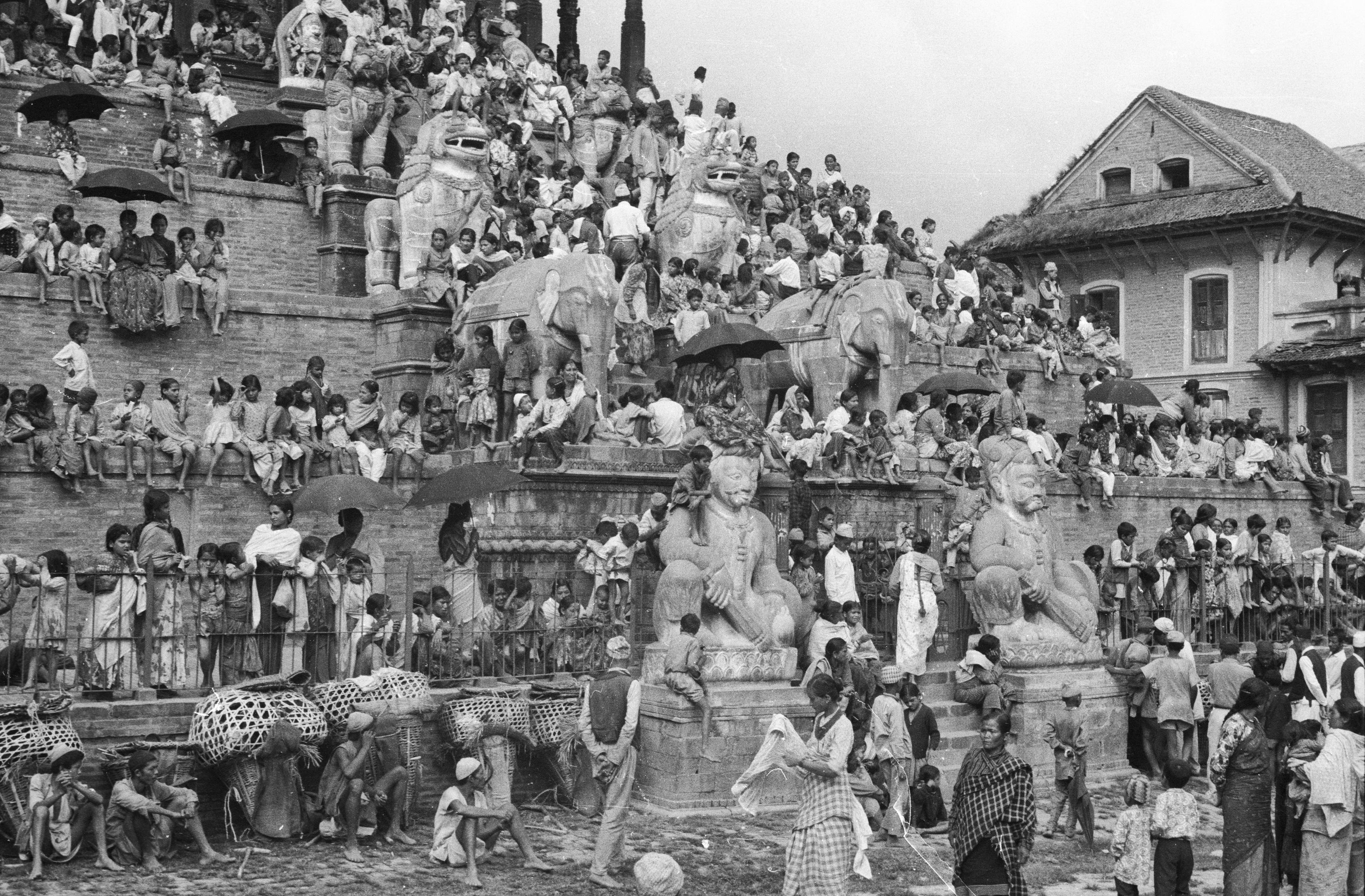 Photo Corneille Jest, fonds du CEH, 1969, Foule des spectateurs sur les gradins du Nyatapola, Bhaktapur, Katmandou, Népal