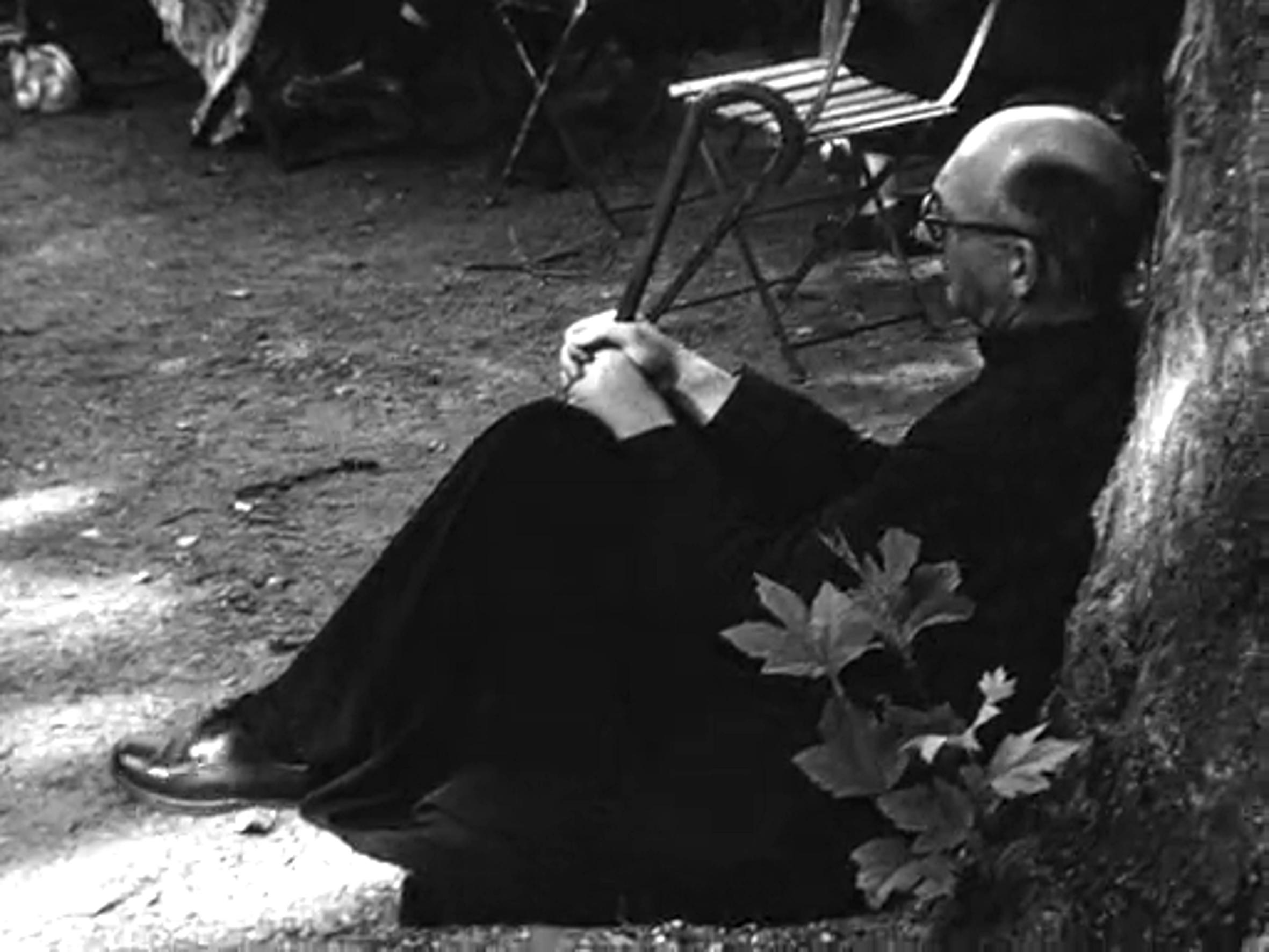 Raymond Marcel se reposant lors du congrès Léonard de Vinci à Amboise (1952)
