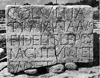 Figure 2. – Partie latine d'une dédicace bilingue trouvée à Tyr : la colonie romaine de Lepcis Magna honore Tyr, sa métropole, en érigeant une statue à l'image de cette cité, vers 194-198 après J.-C. © Archives IGLS (fonds Jean-Paul Rey-Coquais) CNRS/HiSoMA