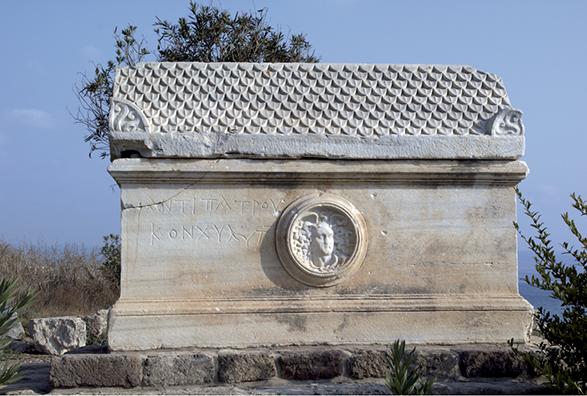 Figure 1. – Épitaphe grecque du pêcheur de murex Antipatros sur un sarcophage de la nécropole de Tyr, IVe -VIe siècle après J.-C. (I. Tyr Nécropole 7) © Julien Aliquot CNRS/HiSoMA 2008