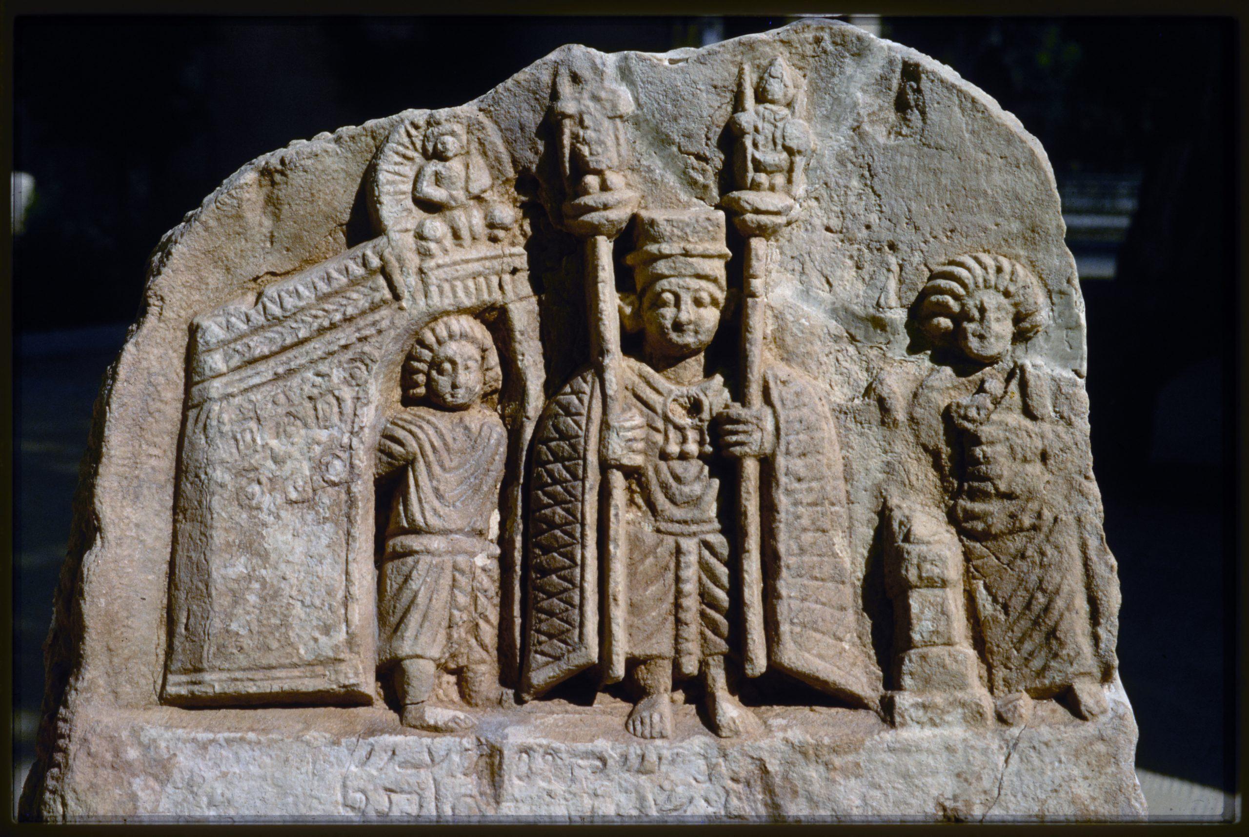 Bas-relief votif de type palmyrénien trouvé lors des fouilles de la maison sud, secteur M5.