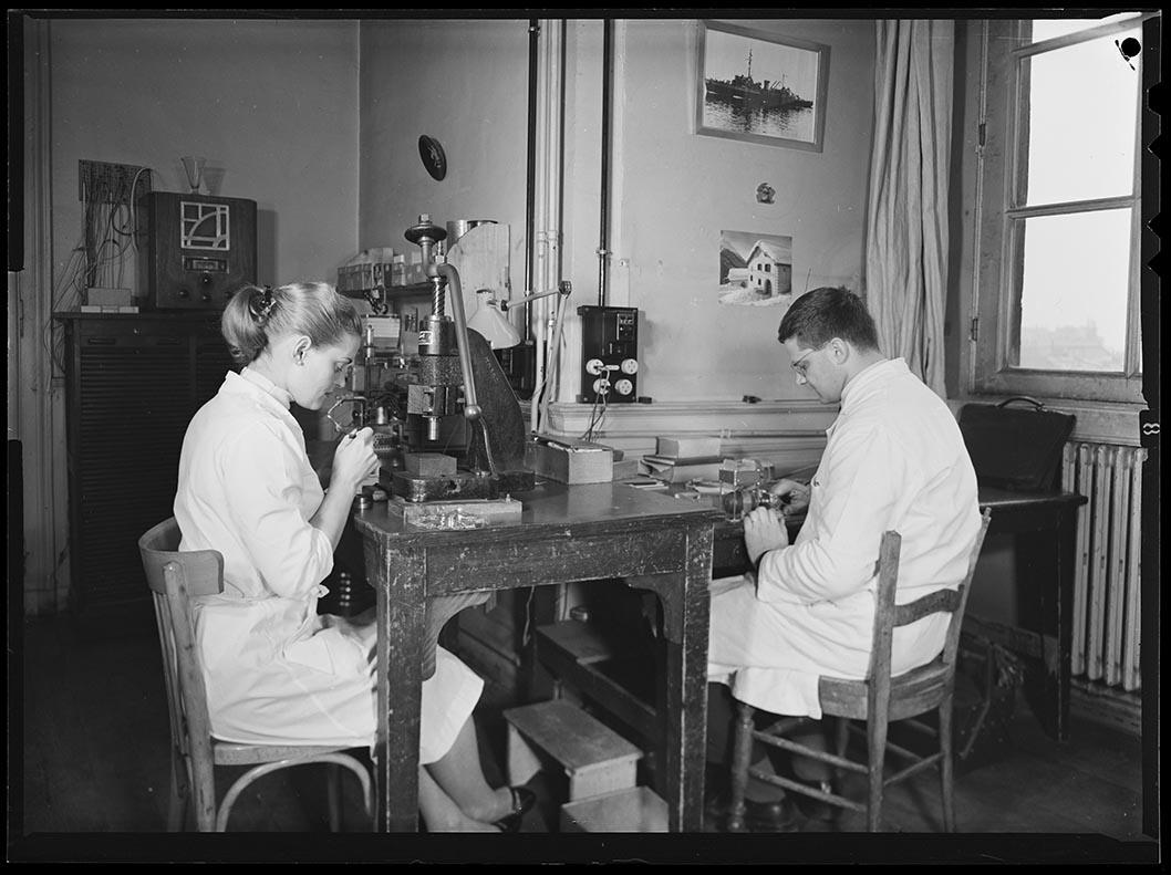 Counil, Jean-Claude (1927-….), « Montage d'une cellule Lallemand par Pierrette Sottini et M. Nicolas – Laboratoire de Physique Astronomique de l'Observatoire de Paris » – B1441