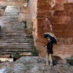 Entrée occidentale de l'Acropole d'Athènes, montée vers les Propylées (escalier Desbuisson) ; visiteur en habit occidental, portant ombrelle et un livre rouge (guide de voyage, Baedecker ou Murrays ?). Détail d'une huile sur toile, Émile Gilliéron père, années 1880/1890