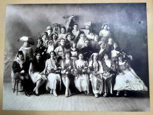 La promo de 1926-1928 de l'École de Préparation de Professeurs de Français à l'Étranger pendant le bal de fin d'année.