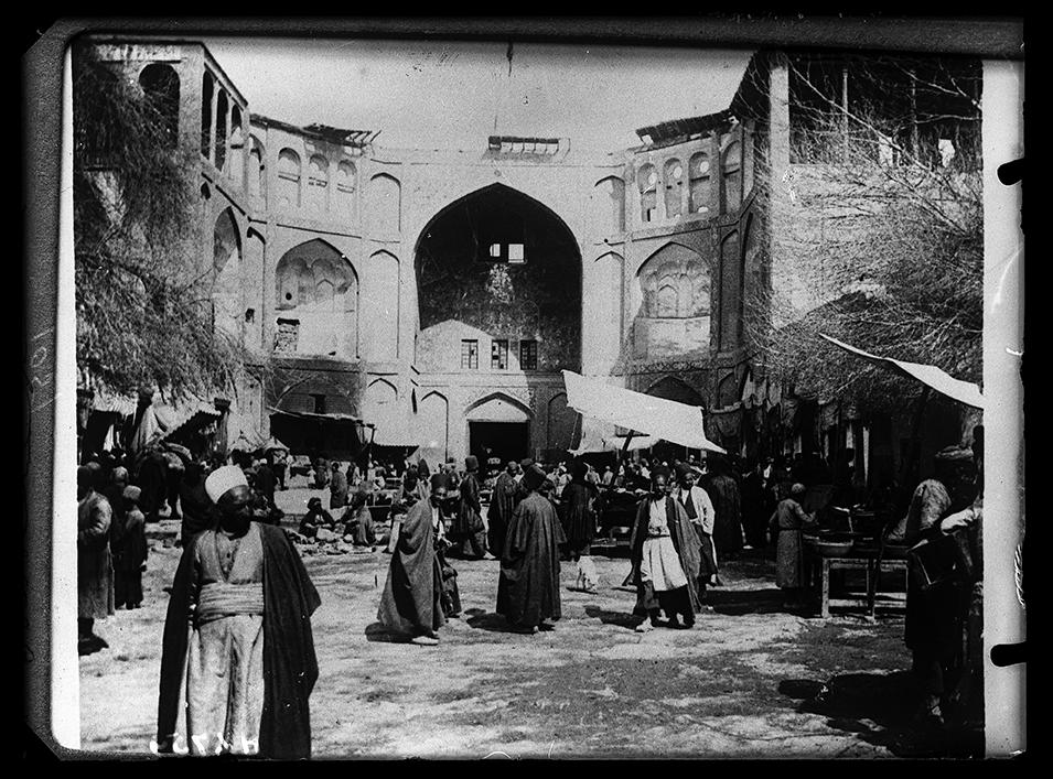 Téhéran, porte d'entrée au bazar. Crédits : Fonds Henry Viollet.   Droits réservés CeRMI/BULAC